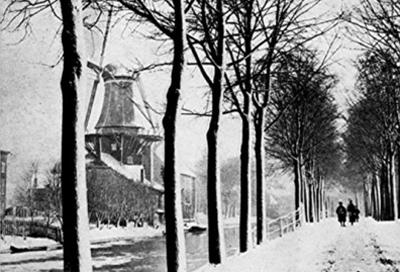 De molen te Delft: rechts de Oostsingel, links de OranjePlantage met de molen op de hoek met de Hopsteeg