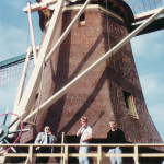 1988: Eigenaar Koos de Wolf met zonen op de stelling van de gerestaureerde molen